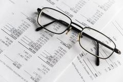 Финансовый анализ - отчет о приходах, бизнес-план с стеклом стоковая фотография rf