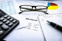 Финансовый анализ - отчет о приходах, бизнес-план с стеклом стоковое фото rf