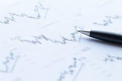 Финансовый анализ и ручка диаграмм Стоковое Фото