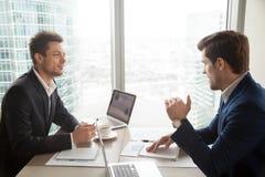 Финансовый консультант объясняя план к инвестору Стоковое фото RF