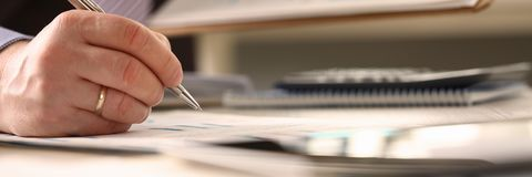 Финансовый консультант сделать вычисление годового бюджета стоковые фотографии rf