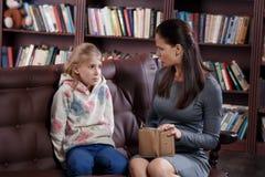 Финансовый конфликт девушки и матери стоковые фото