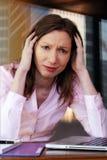 Финансовый кризис дела женщины фрустрации разочарованный потревожился безработная исполнительная власть офиса стоковые изображения