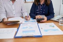 Финансовый менеджер анализируя данные стоковые фотографии rf