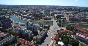Финансовый район Вильнюса с муниципалитетом города, рекой Neris, старым городком в предпосылке Литва сток-видео