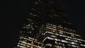 Финансовый район города небоскребы Взгляд снизу с ночью вращения сток-видео