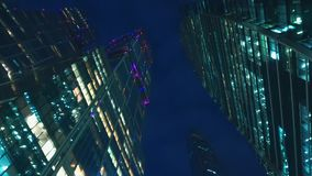 Финансовый район города небоскребы Нижний взгляд с вращением вечер видеоматериал