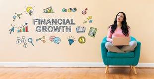 Финансовый рост с женщиной используя ноутбук стоковая фотография rf