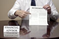 Финансовый советник держа документ выхода на пенсию Стоковое Изображение RF