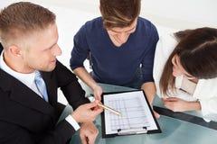 Финансовый советник объясняя план капиталовложений соединить Стоковое Фото