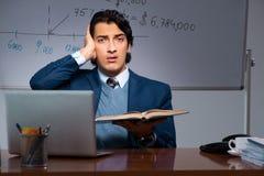 Финансовый специалист работая поздно в офисе стоковые изображения rf