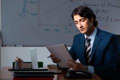 Финансовый специалист работая поздно в офисе стоковая фотография rf
