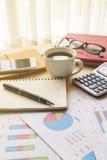 Финансовый учет дела офиса стола высчитывает, изображает диаграммой analy Стоковое фото RF