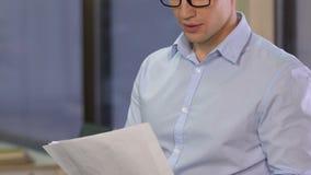 Финансовый эксперт анализируя данные, думая об эффективного бюджета компании, аналитик видеоматериал