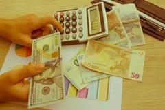 Финансы, валюта, дело и концепция людей - близкая вверх мужских и женских рук давая или обменивая деньги Стоковое Фото