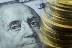 Финансы, креня концепция Монетки евро, конец-вверх банкноты доллара США Абстрактное изображение финансовой системы с селективной Стоковые Изображения RF