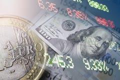 Финансы, креня концепция Монетки евро, конец-вверх банкноты доллара США Абстрактное изображение финансовой системы с селективной Стоковое фото RF