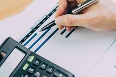 Финансы, планирование бюджета дела или концепция анализа, владение руки Стоковое Изображение RF