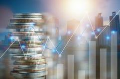 Финансы, прописная концепция банка и вклада, двойная экспозиция штабелированная монеток и город ночи с диаграммой Стоковая Фотография RF