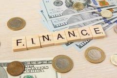 Финансы Центы евро долларов денег на предпосылке стола деревянного стола с космосом экземпляра для объявления отправляют СМС Стоковое фото RF