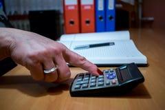 Финансы, экономика, технология и концепция людей - близкая вверх рук женщины при калькулятор подсчитывая и принимая примечания к  Стоковое Изображение