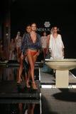 Финал взлётно-посадочная дорожка прогулки моделей в дизайнерах плавает одеяние для представления моды Sinesia Karol Стоковая Фотография