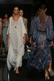 Финал взлётно-посадочная дорожка прогулки моделей в дизайнерах плавает одеяние для представления моды Sinesia Karol Стоковое Изображение RF