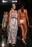Финал взлётно-посадочная дорожка прогулки моделей в дизайнерах плавает одеяние для представления моды Sinesia Karol Стоковая Фотография RF