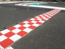 Финишная черта в цвете беговой дорожки отделки, красных и белых Стоковое Изображение RF