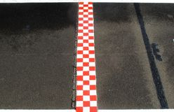 Финишная черта в цвете беговой дорожки отделки, красных и белых Стоковые Фото