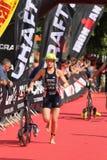 Финишная черта здоровой тренировки спорта triathletes триатлона идущая стоковое изображение