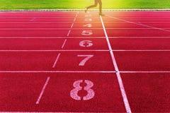 Финишная черта на атлетике, красный идущий след скрещивания Стоковая Фотография