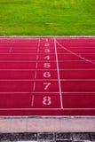 Финишная черта на атлетике, красный идущий след Стоковое фото RF