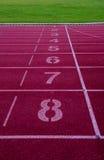 Финишная черта на атлетике, красный идущий след Стоковые Фотографии RF