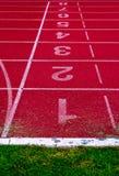 Финишная черта на атлетике, красный идущий след Стоковые Изображения