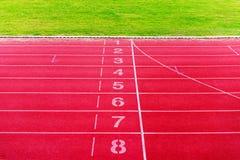 Финишная черта на атлетике, красный идущий след Стоковые Изображения RF