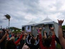 Финн Blissologist Eoin водит группу в составе yogis в shaka Стоковая Фотография RF
