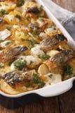 Финская еда: Сотейник с картошками и сельди закрывают вверх в ба Стоковое Изображение