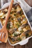 Финская еда: Сотейник с картошками и сельди закрывают вверх в ба Стоковые Изображения RF