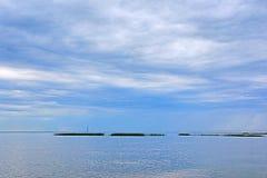 Финский залив около Петербурга в пасмурном летнем дне Взгляд на scyscraper центра Lahta Стоковые Изображения RF