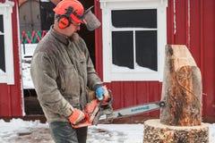 Финский мастерский скульптор с цепной пилой Стоковые Фотографии RF