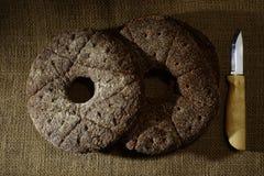 Финский традиционный круглый хлеб луча 2 на дерюге и ноже p Стоковое фото RF