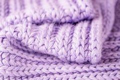 Фиолетовая вязать текстура шерстей Предпосылка шерстей конца-вверх Тепло и уютный стоковые фотографии rf
