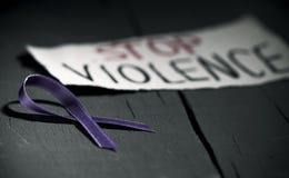 Фиолетовая лента против насилия против женщин стоковые изображения rf
