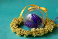 Фиолетовая макарон в стеклянном шаре и венке высушенных цветков стоковая фотография