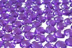Фиолетовая предпосылка страза Текстура формы сердца по мере того как фон изолировал белое фото студии Кристалл страза Bling Стоковые Фотографии RF