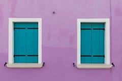 Фиолетовая стена дома и стильных деревянных штарок Стоковое фото RF