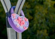 Фиолетовая форма замка свадьбы сердца на мосте metall Стоковое Изображение RF