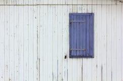 Фиолетовая штарка окна на деревянной внешней стене Стоковое Изображение RF