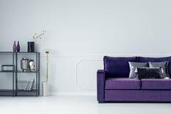 Фиолетовое кресло в живущей комнате Стоковая Фотография RF